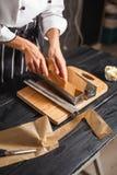 Llene la pasta en los moldes de acero Foto de archivo