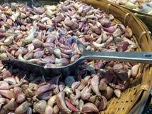 Llene los clavos crudos rojos de la cebolla en la cucharada del metal en la cesta de bambú imagen de archivo libre de regalías