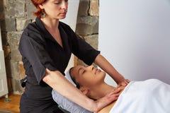 Lleva a hombros a la mujer del fisioterapeuta del masaje del cuello Fotos de archivo libres de regalías