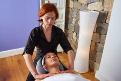 Lleva a hombros a la mujer del fisioterapeuta del masaje del cuello Fotografía de archivo libre de regalías