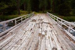 Llevado abajo del puente de madera en las montañas Mongolia de Altai Imágenes de archivo libres de regalías