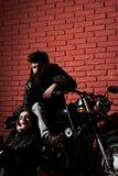 Llevado montar pares del motorista llevados para montar hombre barbudo y mujer atractiva llevados para montar nacido montar en la foto de archivo