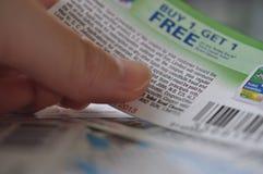 Llevando a cabo la compra una consiga una cupón libre Foto de archivo