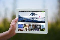 """Llevando a cabo placeholder del †de la tableta """"para la presentación de diapositivas del trabajo o de la cartera Fotografía de archivo"""