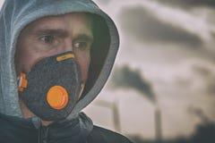 Llevando un anticontaminación real, contra la niebla y los virus la mascarilla imágenes de archivo libres de regalías