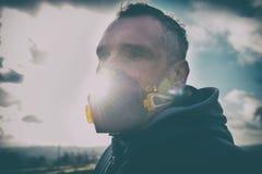 Llevando un anticontaminación real, contra la niebla y los virus la mascarilla fotos de archivo