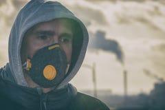 Llevando un anticontaminación real, contra la niebla y los virus la mascarilla foto de archivo libre de regalías