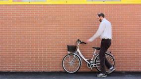Llevando una bicicleta ausente almacen de metraje de vídeo