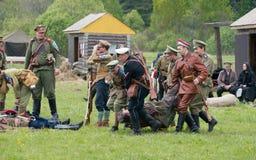 Llevar al soldado muerto Imagen de archivo
