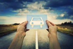 Llevar a cabo el icono del coche imagen de archivo libre de regalías