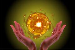 Llevar a cabo el resplandor de la bola de cristal en mi mano con el fondo negro foto de archivo