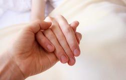 Llevar a cabo la mano de querida enferma Imagen de archivo libre de regalías