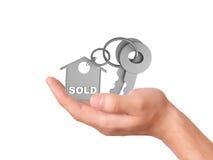 Llevar a cabo llaves de la casa concepto vendido Imagenes de archivo