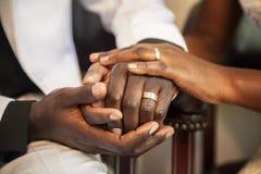 llevar a cabo los anillos de bodas de las manos foto de archivo libre de regalías