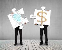 Llevar a cabo rompecabezas con idea es garabatos del dinero Imagen de archivo libre de regalías