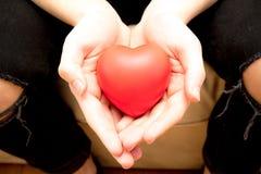 Llevar a cabo un corazón rojo para el amor Foto de archivo