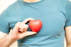 Llevar a cabo un corazón rojo para el amor Fotos de archivo libres de regalías