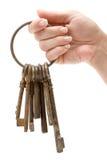 Llevar a cabo un manojo de claves oxidados Imagen de archivo libre de regalías