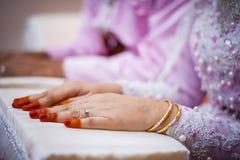 Llevar el anillo de bodas y la pulsera Imagen de archivo
