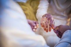 Llevar la pulsera de la boda Foto de archivo