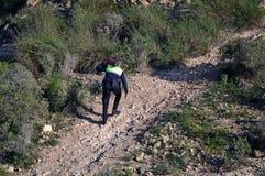 Llevar un extintor a un fuego de Bush en Gran Alacant España Imagenes de archivo