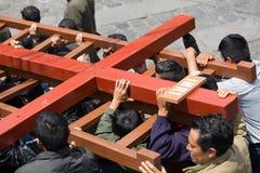 Llevar una cruz pesada Fotografía de archivo libre de regalías