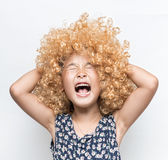 Llevar una peluca rubia y a una muchacha divertida del asiático de la expresión facial imagen de archivo libre de regalías
