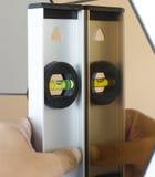 Lleve a cabo el nivel del agua con el espejo Fotografía de archivo