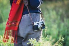 Lleve a cabo la cámara vieja para encontrar una nueva perspectiva fotografía de archivo