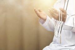 Lleve a cabo las manos del collar de la gota al frente Fe en islámico fotos de archivo libres de regalías