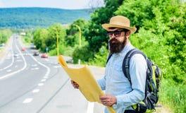 Lleve el buen mapa Miradas turísticas del backpacker en el mapa que elige el destino del viaje en el camino En todo el mundo Mapa imagen de archivo