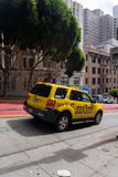 Lleve en taxi el coche que va abajo en la calle de San Francisco California los E.E.U.U. Fotografía de archivo