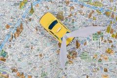 Lleve en taxi el mapa de París El coche se va volando, volando el coche del futuro Kyiv, UA, 13 12 2017 Imágenes de archivo libres de regalías
