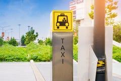 Lleve en taxi el punto de la muestra del servicio para el cliente de la alameda de compras con el cielo imágenes de archivo libres de regalías