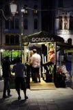 Lleve en taxi el quiosco en un canal veneciano, Venecia, Italia Foto de archivo libre de regalías