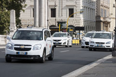 Lleve en taxi el tráfico en el centro histórico de Roma Imágenes de archivo libres de regalías