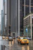 Lleve en taxi en las calles de Manhattan en un día lluvioso Foto de archivo libre de regalías