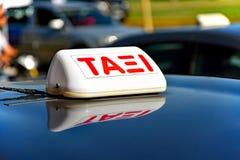 Lleve en taxi firman adentro la lengua griega en el tejado brillante de un coche imagen de archivo libre de regalías