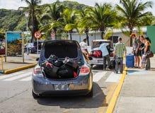 Lleve en taxi la lanzadera en el equipaje del turista de la cosecha del aeropuerto Imagenes de archivo