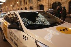 Lleve en taxi en Moscú con la reflexión de la decoración del Año Nuevo de la Navidad Rusia Imágenes de archivo libres de regalías