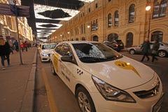 Lleve en taxi en Moscú con la reflexión de la decoración del Año Nuevo de la Navidad Rusia Fotos de archivo libres de regalías