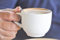 Lleve la taza de café caliente del capuchino fotos de archivo libres de regalías