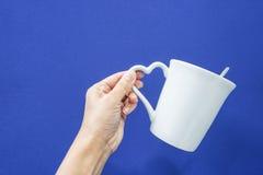 Lleve una taza blanca con la manija del corazón fotos de archivo