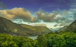 Llianberis ja i jezioro jesteśmy otaczającym oszałamiająco krajobrazem Zdjęcie Stock
