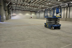 Llifting device is pending in a new, empty warehouse Stock Images