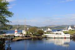 Llighthouse、小船和运河盆地Crinan运河 免版税库存图片