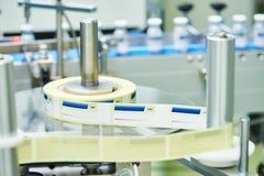 Llinetransportband voor de verpakking van ampullen in dozen Stock Foto's