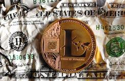 Llitecoin στο συντριμμένο τραπεζογραμμάτιο δολαρίων Στοκ εικόνες με δικαίωμα ελεύθερης χρήσης