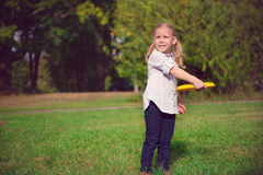 Llittle girl play frisby Stock Photography