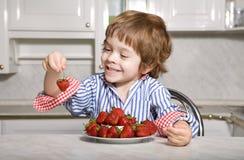 Llittle Junge mit Erdbeere Stockbilder